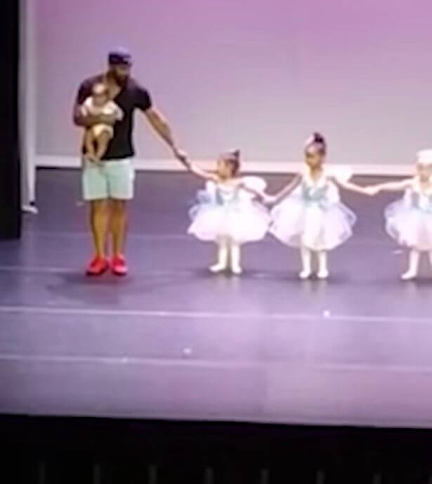 3006863d2f Pai sobe ao palco e dança ballet para ajudar a filha de dois anos ...